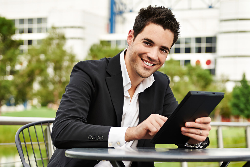 a successful business man The physical appearance and the personality of the businessman have great contribution in his success in the business if he has good appearance and commanding personality, it impresses the employees and makes him a successful businessman.